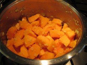 Sütőtök krémleves: pirítsd meg a hagymát, tököt, fokhagymát