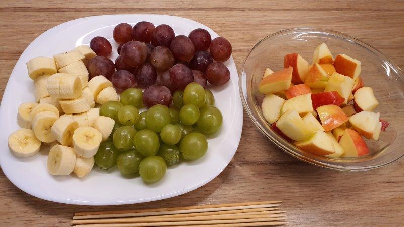 Gyümölcsnyárs előkészítve